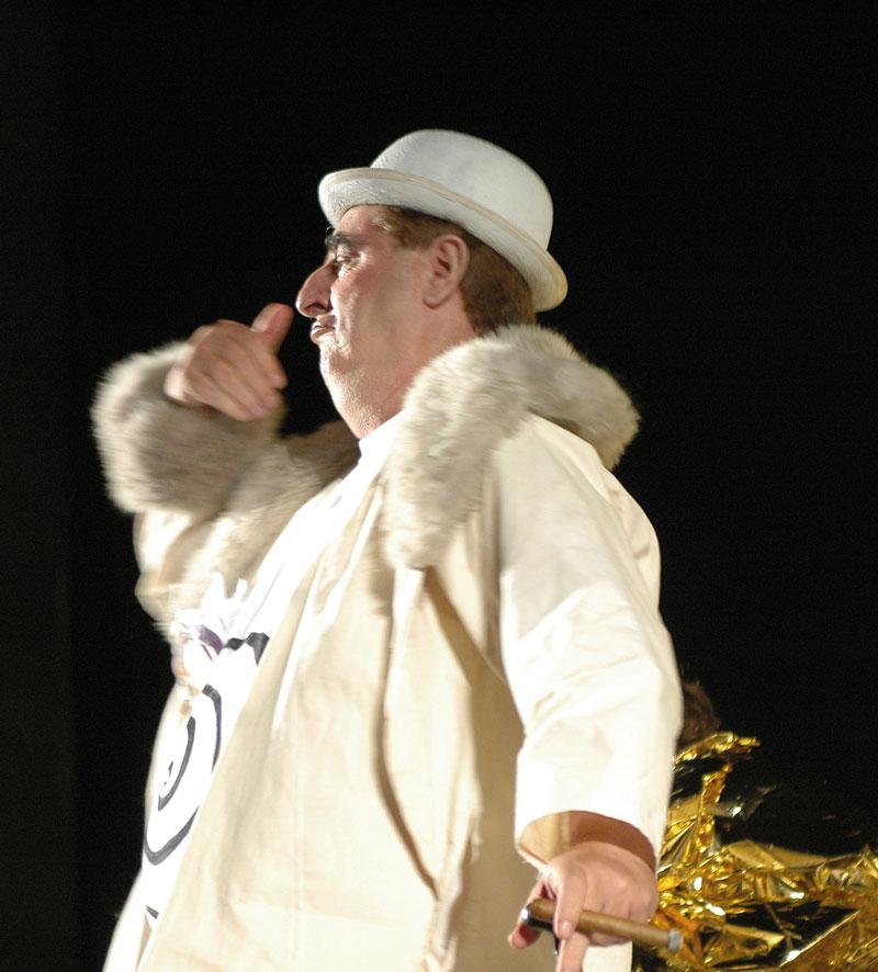 Manuel Vilanova en el papel de Ubu Rey en el Festival de Aurillac. Lola Torres
